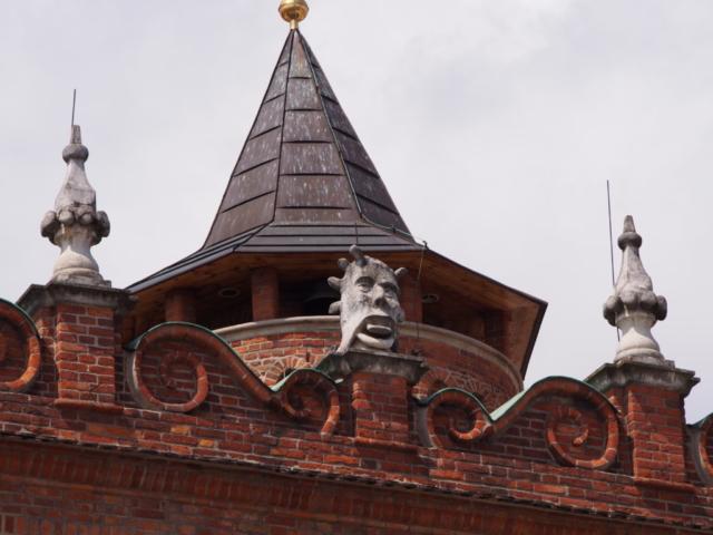 Maszkarony na dachu tarnowskiego ratuszu