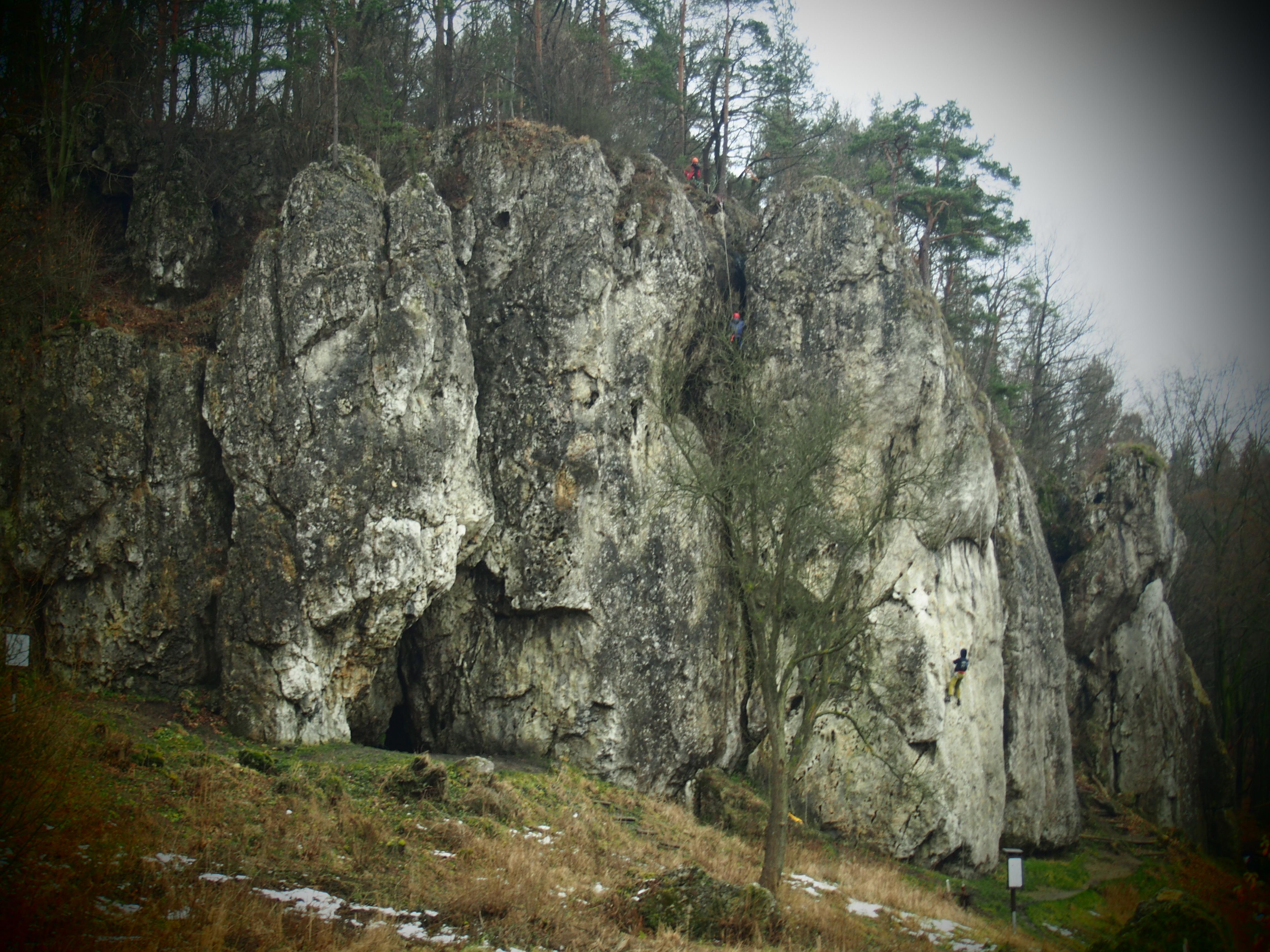 Skała Łabajowa ze wspinaczami