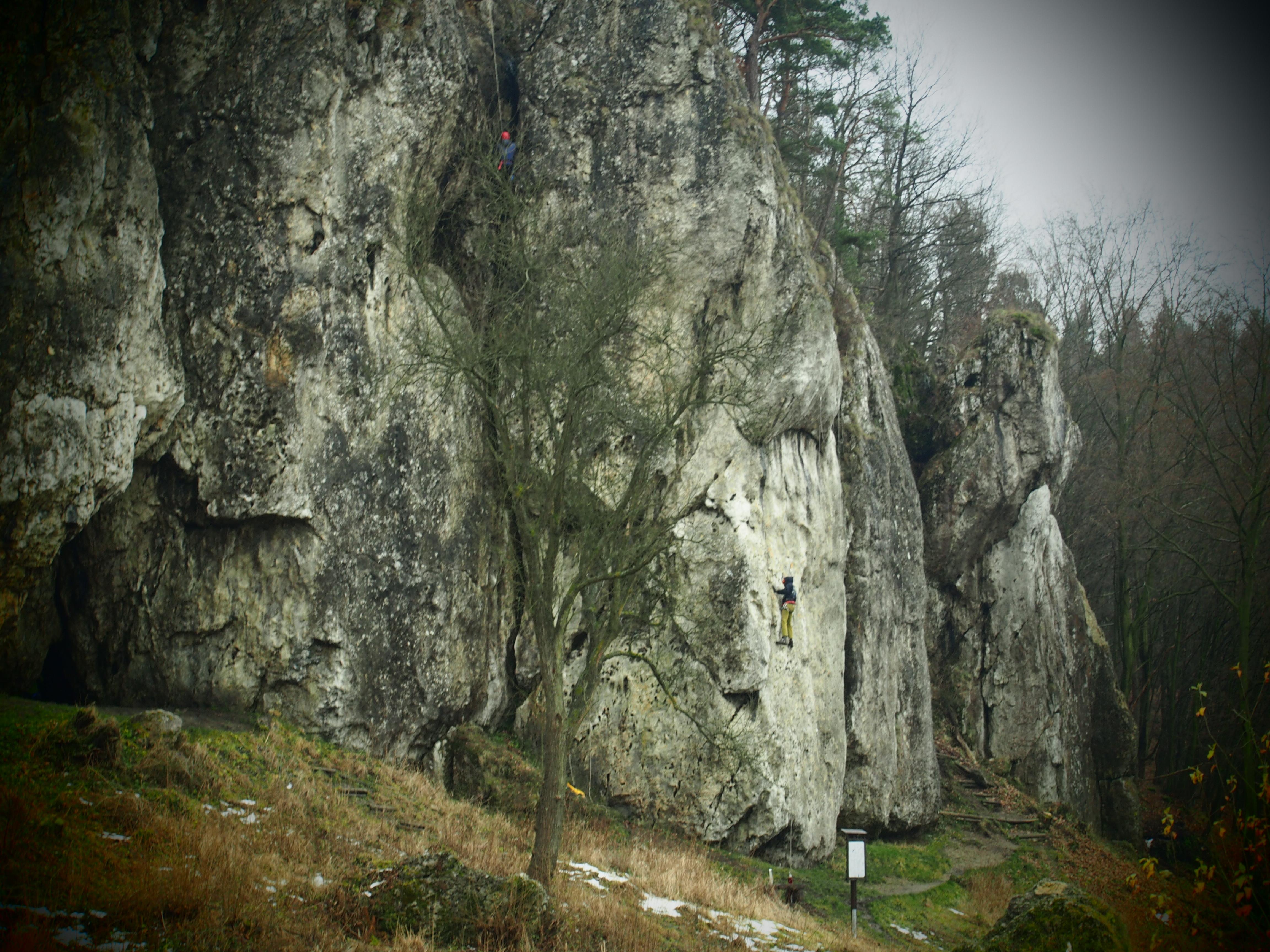 Skała Łabajowa ze wspinającą się osobą