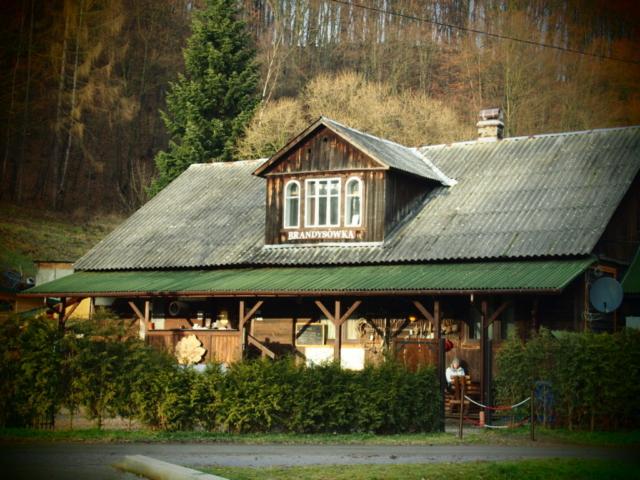 Drewnainy budynek agroturystyki o nazwie Brandysówka