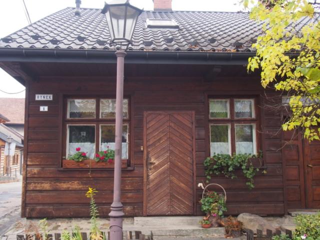 Drewniany dom na rynku w Lanckoronie