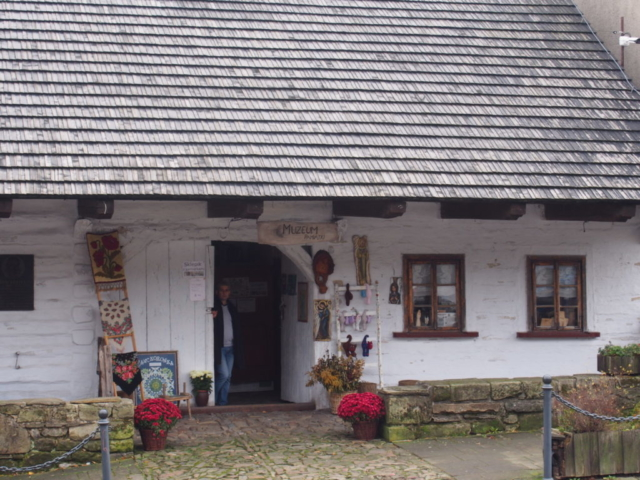 Drewniany dom z galerią sztuki
