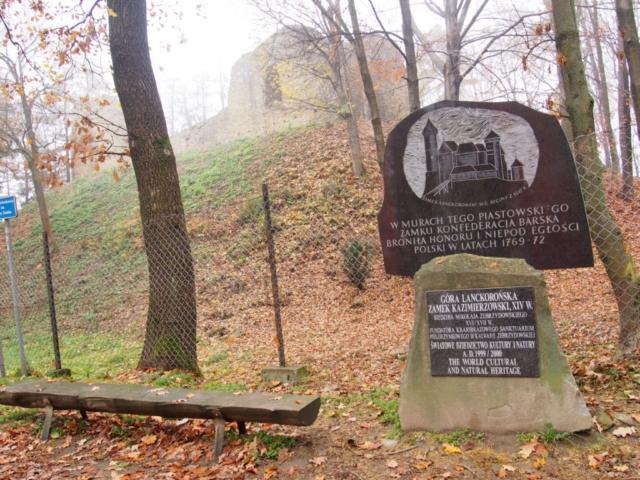 Ruiny zamku i pamiątkowa tablica w Lanckoronie