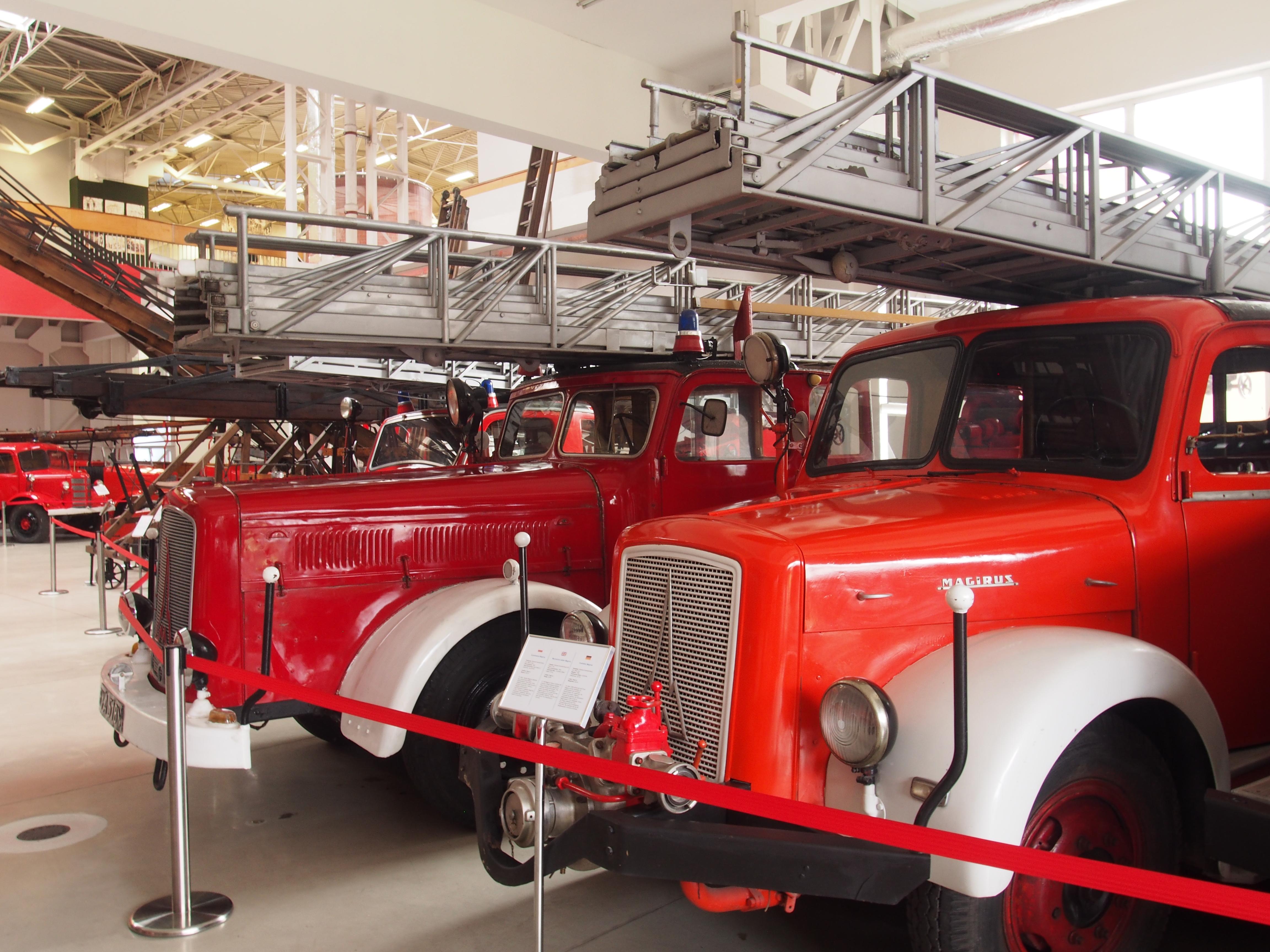Dwa stare wozy strażackie z wielką drabiną