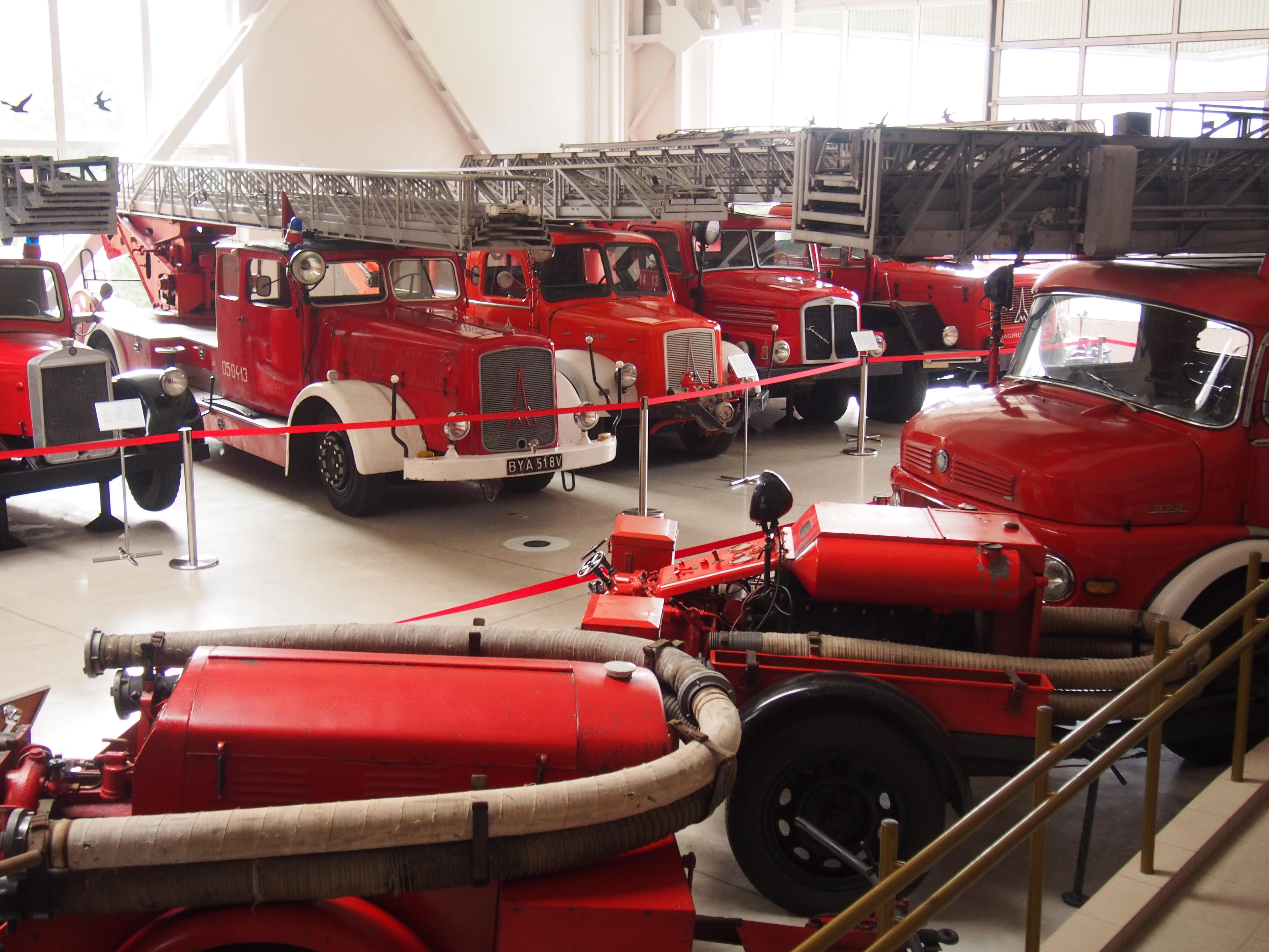 Wystawa kilku starych wozów strażackich