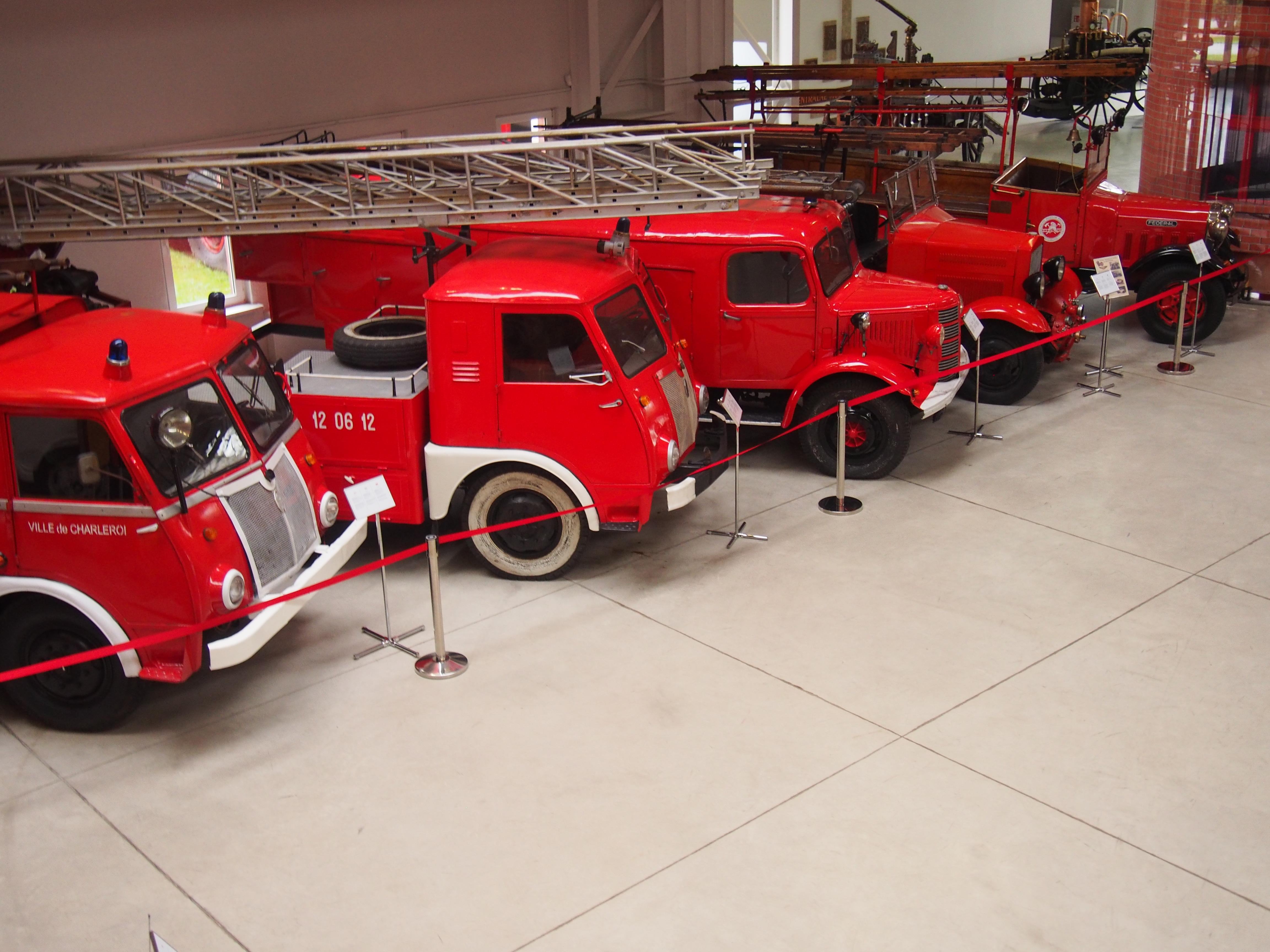 Wystawa pięciu wozów strażackich z różnych epok