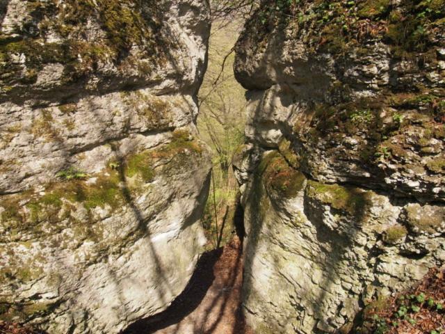 Dwie skały z niewielką szczeliną między nimi