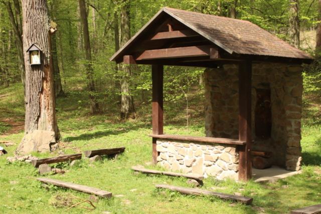 Kapliczka myśliwska w lesie