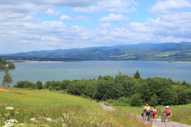 Podjazd drogi rowerowej pog górę, w tle widok na zbiornik Czorsztyński
