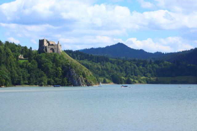 Ruiny zamku Czorsztyn, w tle Pieniny i zbiornik Czorsztyński